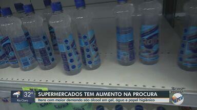 Supermercados registram aumento de 8,5% na procura por alguns produtos - Itens com maior demanda são álcool em gel, água e papel higiênico.