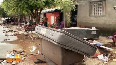 Famílias limpam casas e jogam fora objetos danificados em Imperatriz - A terça-feira ainda é de limpeza após os estragos causados pela chuva de domingo, em Imperatriz.