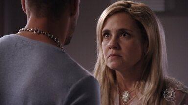 Carminha tenta convencer Jorginho de que Nina não presta - Jorginho menospreza e não acredita em sua mãe