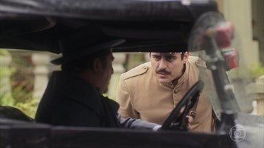 Gusmões é informado que Isabel saiu com Adelaide - Ele repreende o guarda por não ter seguido o veículo