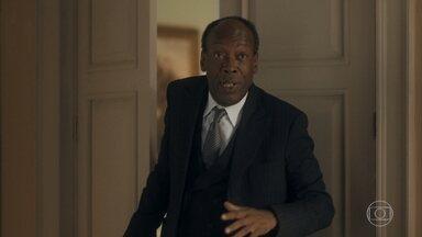 Higino avisa Adelaide e Alfredo que o delegado Gusmões está na casa - Alfredo se preocupa com a possibilidade de ser preso