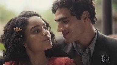 Inês e Lúcio pensam na data do casamento - Ela pede para esperar um pouco para dar tempo de seus pais voltarem pra casa