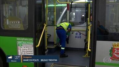 Limpeza é reforçada no transporte coletivo em SP - Funcionários começam a higienizar ônibus nos terminais da capital.