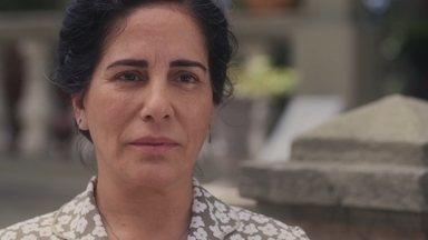 Lola e Afonso se reencontram, sob o olhar de Julinho - Julinho pressiona Lola sobre a venda da casa
