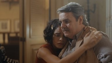 Desolado, Afonso desabafa com Inês - Ele conta que Lola está se mudando para o Rio de Janeiro
