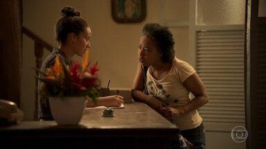 Thelma leva Rita para um hotel próximo de sua casa - Ela se oferece para ajudar Rita a encontrar Eudésio