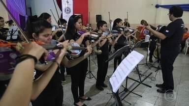 Orquestra criada em bairro pobre do Paraguai usa instrumentos feitos a partir do lixo - De um latão de azeite e de uma madeira de pallet, surge um violoncelo. Escapamento de carro virou base de uma harpa. Projeto foi criado por maestro há 13 anos no aterro sanitário de Cateura.