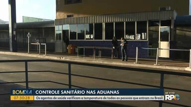 Agentes de saúde verificam a temperatura de todas as pessoas que entram no Brasil - O controle sanitário continua nas aduanas, em Foz do Iguaçu.