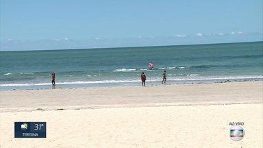 Praias são fiscalizadas para evitar aglomerações e evitar contaminação pelo coronavírus - Ações deixaram orlas do Recife e de Olinda vazias