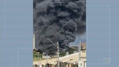 Veja um resumo com as principais notícias do final de semana em Goiás - Incêndio destrói empresa.