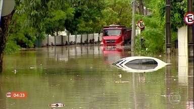 Temporal provoca estragos em Manaus - Em diversas ruas da cidade, pessoas ficaram ilhadas e veículos ficaram submersos.