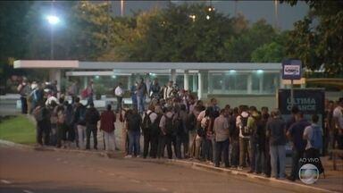 Rio de Janeiro segue com aglomerações no transporte público - Por volta das 5h desta terça-feira (24), uma grande fila de passageiros se formou na Estação das Barcas, que ligam Niterói ao Rio de Janeiro. Em Nova Iguaçu, na Baixada Fluminense, a fila dos trens estava um pouco mais organizada.