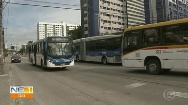 Força-tarefa fiscaliza lotação de ônibus que circulam no Grande Recife - Secretaria de Desenvolvimento Urbano determinou que passageiros circulassem preferencialmente sentados e delimitou número de pessoas para filas em Terminais Integrados.