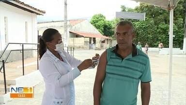 Após dificuldade para comprar EPIs, prefeitura de Igarassu inicia vacinação contra a gripe - Há dois pontos no município no esquema de drive-thru, além de atendimento domiciliar.