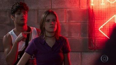 Anjinha questiona Marco sobre a presença no motel - A adolescente assume que estava indo ao motel com Cléber para namorar e pergunta se o pai está traindo Carla