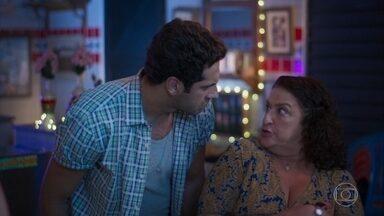 Ermelinda finge não se interessar por Edgar - Zezinho faz uma cena de ciúmes. Luna tenta convencer Ermelinda a ouvir a música que Edgar fez para ela