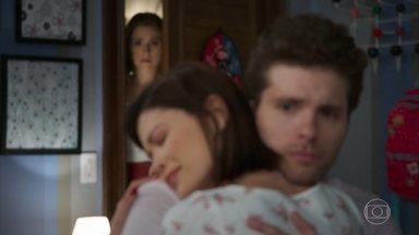 Petra flagra Alan e Kyra/Cleyde se abraçando - undefined