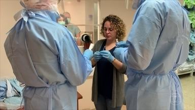 Brasileiros que vivem no exterior relatam como países estão lidando com o coronavírus - Em Israel, brasileira infectada com a Covid-19 mostra como é o tratamento nos hospitais, com os médicos separados dos pacientes por um vidro. Na Coreia do Sul e na China, a população já se prepara para sair da quarentena.