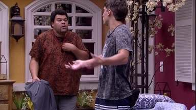 Babu e Felipe discutem após Paredão: 'Não estou te atacando' - No Quarto Vila, Felipe e Babu discutem sobre seus votos na formação do Paredão