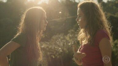 Gilda tenta convencer Eliza de que seu pai faleceu - Desnorteada, a menina anda pela estrada e Gilda a repreende. Dino observa a enteada