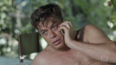 Arthur garante a Carolina que não vai se atrasar para o editorial - Ele garante que Daniele vai estar no aeroporto pontualmente e finge já estar a caminho