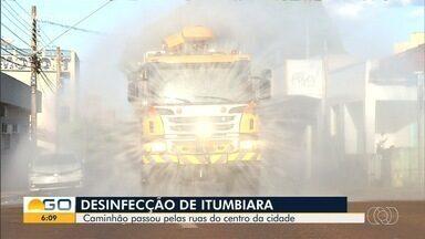 Prefeitura de Itumbiara pulveriza ruas da cidade - Medida procura desinfectar o município e evitar proliferação do coronavírus.