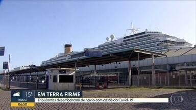 Setenta e cinco tripulantes brasileiros desembarcam em Santos - Eles estavam a bordo de navio atracado há semanas no porto da cidade. Na embarcação, havia casos confirmados da Covid-19