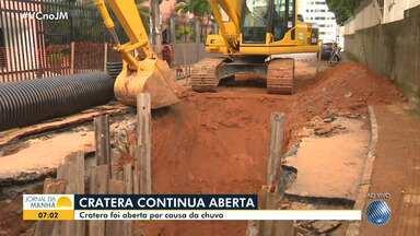 Cratera continua aberta na região de Brotas e causa problemas para a população - Situação aconteceu por causa da chuva forte que atingiu a capital baiana na última semana.