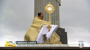 Padre Omar abre celebrações da semana santa com oração no Cristo Redentor - Sozinho, ele abre a comemoração de Páscoa em meio a pandemia do coronavírus.