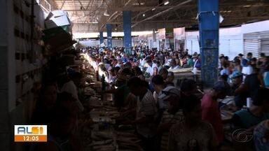 Mercados públicos de Maceió registram movimento intenso - As pessoas deixaram o isolamento e foram em busca dos pescados para o almoço da Sexta-feira Santa.