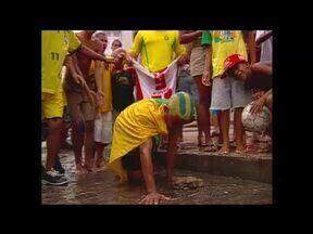 Em Olinda, torcedores fazem a festa pela conquista do penta na Copa de 2002 - Em Olinda, torcedores fazem a festa pela conquista do penta na Copa de 2002