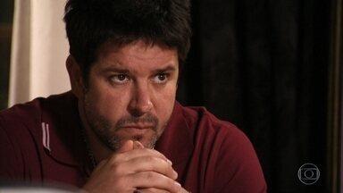 Tufão desconfia do interesse de Carminha em ajudar Lúcio e pensa nas acusações contra a esposa - Jorginho tenta consolar a namorada