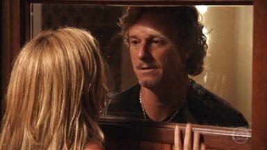 Max tranca Carminha na sauna - Ele aterroriza a esposa de Tufão
