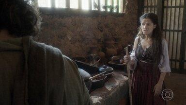 Elvira experimenta a feijoada de Licurgo - Ele agradece a ajuda de Elvira e diz que sua vida melhorou desde que a portuguesa chegou
