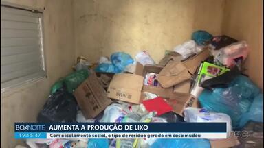 Aumenta a produção de lixo em casas e apartamentos por causa do isolamento domiciliar - Quem cuida do lixo de condomínios em Curitiba avalia que há mais resíduos orgânicos, como restos de comida, frutas. Isso indica que as pessoas estão consumindo menos fast food e estão fazendo mais comida em casa.