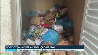 Com mais pessoas em casa, aumenta a produção de lixo - O lixo orgânico é o que tem aparecido com mais frequência.