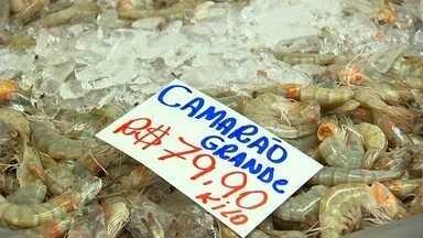 Comerciantes estão otimistas com venda de peixes para Sexta Santa - A sexta-feira santa é o dia em que os fiéis da igreja católica fazem o jejum da carne vermelha. Mesmo com a pandemia, e os preços em alta, as peixarias ficaram movimentada. Com o isolamento, algumas pessoas preferiram receber o pedido em casa.