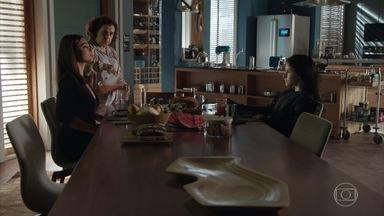 Jojô chantageia Carolina - Arthur percebe que as duas são irônicas. Dorinha coloca fogo no apartamento de Carolina. A diretorda da Totalmente Demais é obrigada a ir embora para casa correndo