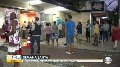 Clientes fazem longa fila no Mercado São Pedro, em Niterói - Na madrugada desta sexta-feira (10), muitos clientes já esperavam para entrar no mercado de peixes.