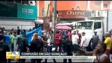 Guardas municipais de São Gonçalo reprimem comércio proibido por decreto municipal - Houve confusão durante a ação da Guarda Municipal.