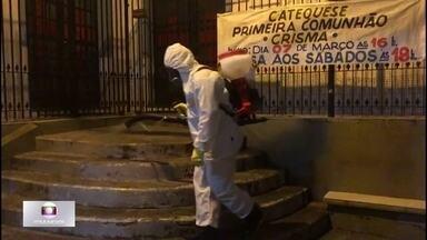 Irmãos desinfetam ruelas do Morro Santa Marta - Com R$ 3,5 mil, a dupla conseguiu comprar pela internet equipamentos de proteção individual e pulverizadores de produtos químicos.