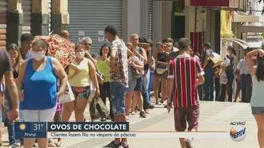 Clientes fazem fila em lojas para comprar ovos de páscoa em Ribeirão Preto, SP - Decreto Municipal que prevê o fechamento de serviços não essenciais autorizou o funcionamento destas lojas.