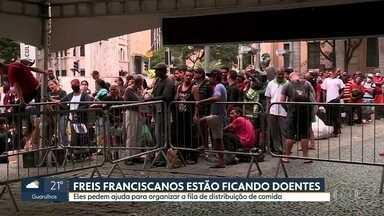 Milhares de pessoas procuram convento São Francisco em busca de comida - Os freis pedem ajuda para organizar as filas, pois alguns deles estão ficando doentes.