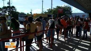 Realidade não muda para quem precisa pegar ônibus no terminal do Benedito Bentes em Maceió - Os coletivos continuam saindo lotados e as aglomerações de pessoas são impossíveis de conter.