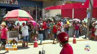 Agências da Caixa, em Caruaru, registram longas filas devido ao pagamento do auxílio - Grande movimentação foi registrada nas agências do Centro e do bairro do Salgado.