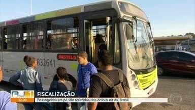 Polícia faz fiscalização e passageiros em pé são retirados de ônibus na Avenida Brasil - Motoristas enfrentaram retenção nas principais rodoviais da cidade. Em um ponto, agentes do Detro fiscalizavam os carros que entravam na cidade. Em outro, havia a fiscalização do número de passageiros nos ônibus.