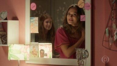 Cassandra provoca Eliza e Débora - Eliza ganha um vestido de Débora e agradece a ajuda da amiga
