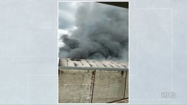 Incêndio destrói carros de ferro-velho em Londrina - Bombeiros tiveram trabalho para controlar as chamas. Fumaça podia ser vista de longe