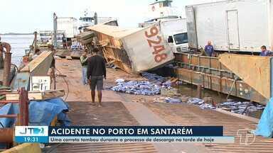 Carreta carregada de mercadorias tomba em um porto particular, em Santarém - Combustível escapou do motor de uma carreta carregada de mercadorias que tombou no bairro Prainha.