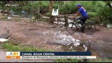 Moradores do canal água cristal esperando há cinco anos por melhorias na área - Sair de casa é sempre um desafio pra eles por causa dos buracos e quando chove o problema fica pior.